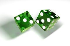 Bild 3d: Wiedergabe der hohen Qualität des transparenten grünen Rollens würfelt mit weißen Punkten Die Würfel in den Formwürfen H Stockbild