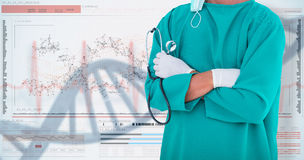 Bild 3DComposite des Mittelteils der stehenden Arme des männlichen Chirurgen gekreuzt Lizenzfreie Stockfotos