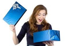 Bild der überraschten Frau empfing das Geschenk Stockbild