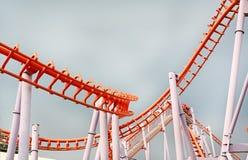 Bild der Achterbahn im Vergnügungspark Stockfotos