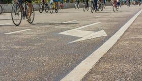 Bild der Asphaltstraße und des Fahrrades mit Zeichen für Hintergrundverwendung Lizenzfreie Stockfotografie