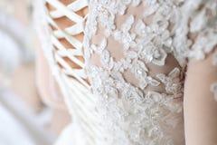 Bild der ausführlichen Spitzee auf der Rückseite eines Hochzeitskleides Weich fous auf Spitze lizenzfreie stockbilder