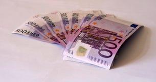 Bild der ausgerichteten Europapierbanknotenwährung lokalisiert auf weißem Hintergrund Stockfotos