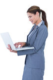 Bild der überzeugten Geschäftsfrau Laptop halten Lizenzfreies Stockbild