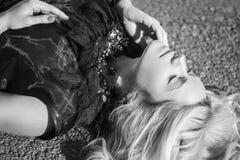 Bild in der black&white Farbe mit dem Träumen von Frauen Stockfotos