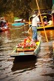 Bild der bunten Boote auf alten aztekischen Kanälen bei Xochimi Stockbild