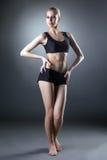 Bild der comely sportlichen Frau, die an der Kamera aufwirft stockfotos