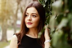 Bild der durchdachten jungen hübschen Frau an der Straße stockfotos
