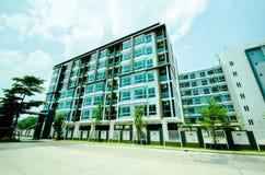 Bild der Eigentumswohnung am Nachmittag mit Hintergrund des blauen Himmels Lizenzfreies Stockfoto