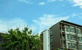 Bild der Eigentumswohnung am Nachmittag mit Hintergrund des blauen Himmels Stockfotos