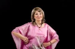 Bild der erstaunlichen älteren Frau, die mit Amethystrosenquarzschmuck aufwirft Lizenzfreies Stockbild