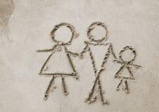 Bild der Familie auf Sand Stockfotos