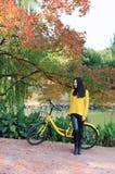 Bild der Frau mit Fahrrad in einem Park Lizenzfreies Stockfoto