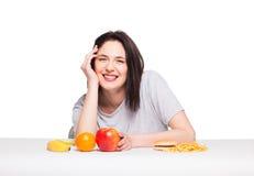 Bild der Frau mit Früchten und Hamburger in der Front auf weißem BAC Stockfotografie