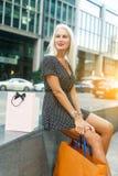 Bild der Frau mit Käufen stockfotos