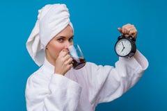 Bild der Frau mit Wecker und Becher Kaffee stockfoto