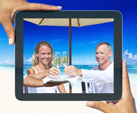 Bild der Frau und des Mannes, die Champagne durch den Strand haben Lizenzfreie Stockbilder