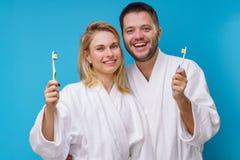 Bild der Frau und des Mannes und der Zahnb?rsten in den H?nden stockbild