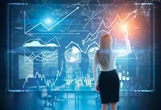 Bild der Geschäftsfrau im grauen Klagenzeichnungsdiagramm stockfotografie