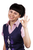 Bild der glücklichen Brunettefrau, die o.k. darstellt stockbild