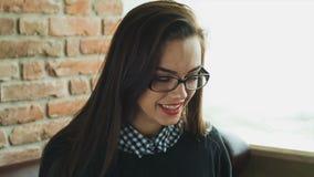 Bild der glücklichen Frau mit Tabletten-PC-Computer stock footage