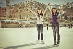 Bild der Gruppe Jugendlicher auf dem Eis Lizenzfreie Stockfotografie