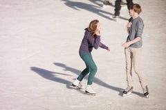 Bild der Gruppe Jugendlicher auf dem Eis Stockfotografie