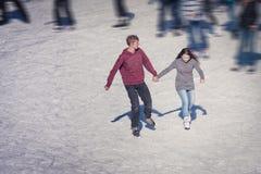 Bild der Gruppe Jugendlicher auf dem Eis Lizenzfreies Stockfoto