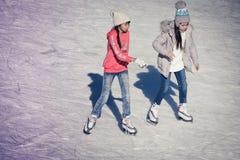 Bild der Gruppe Kinder auf dem Eis Lizenzfreie Stockfotos