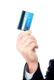 Bild der Hand des Mannes Geldautomatenkarte halten Stockfotografie