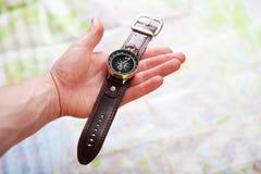 Bild der Hand mit Magnetkompass über einer Karte Lizenzfreies Stockfoto