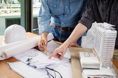 Bild der Ingenieursitzung für Architekturprojekt Lizenzfreie Stockfotos