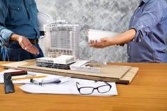 Bild der Ingenieursitzung für Architekturprojekt Lizenzfreies Stockfoto