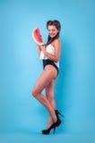 Bild der jungen Frau eine große Scheibenwassermelone im Studio halten lizenzfreies stockfoto