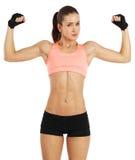 Bild der jungen sportlichen Frau, die ihr Bizeps lokalisiert auf Weiß zeigt Lizenzfreies Stockfoto
