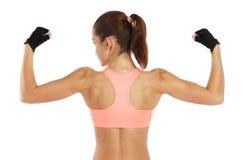 Bild der jungen sportlichen Frau, die ihr Bizeps lokalisiert auf Weiß zeigt Stockbild