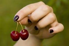Bild der Kirsche in der Hand des M?dchens lizenzfreies stockfoto