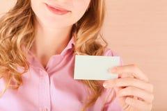 Geschäftsfrau, die ihre Besuchskarte hält Stockbilder