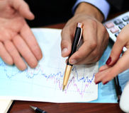 Bild der männlichen Hand zeigend auf Geschäft Stockfotografie