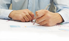 Bild der männlichen Hand zeigend auf Geschäftsdokument während der Diskussion bei der Sitzung Lizenzfreies Stockfoto