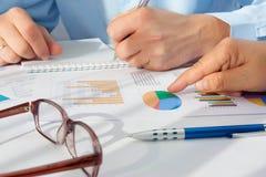 Bild der männlichen Hand zeigend auf Geschäftsdokument während der Diskussion bei der Sitzung Lizenzfreie Stockfotografie