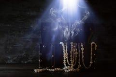 Bild der mysteriösen geöffneten alten hölzernen Schatztruhe mit Licht und Rauche Ein mittelalterlicher Zeitraum des Abenteuers un Stockfotografie