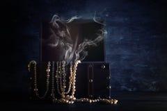 Bild der mysteriösen geöffneten alten hölzernen Schatztruhe mit Rauche Ein mittelalterlicher Zeitraum des Abenteuers und der Fant Lizenzfreies Stockbild