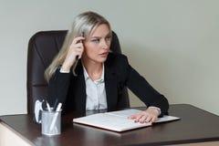 Bild der nachdenklichen Geschäftsfrau mit großem Notizblock Lizenzfreie Stockfotografie