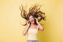 Bild der netten Frau 20s, die Melodie mit shaki singt und genießt stockbild