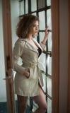 Bild der reizenden sexy Frau Modernes junges Mädchen im Mantel Tragender weißer kurzer Mantel des dünnen jungen Modells Porträt d Stockbilder
