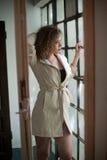 Bild der reizenden sexy Frau Modernes junges Mädchen im Mantel Tragender weißer kurzer Mantel des dünnen jungen Modells Porträt d Stockfoto