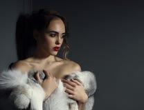 Bild der schönen Modellaufstellung nackt mit Pelz Lizenzfreie Stockfotos