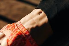 Bild der tragenden Sonnenbrilleausbildung der Sportfrau drücken Park ein lizenzfreie stockfotos