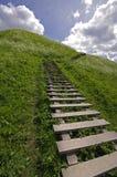 Bild der Treppe zum Hügel in Kernave Stockfotos